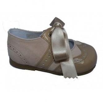 Merceditas zapato ingles piel de ante y charol sand beige.Cierre lazo raso al tono. QUECOS