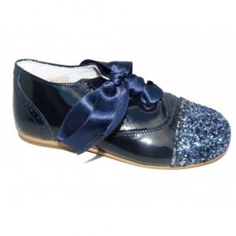 Zapato inglés charol Azul Marino.Purpurina en la puntera.Cierre lazo raso al tono. QUECOS