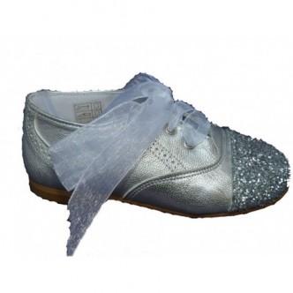 Zapato inglés piel color Plata.Purpurina en la puntera.Cierre lazo raso al tono. QUECOS