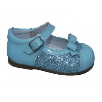 Merceditas piel charol color Azul Nube. Cierre hebilla.Detalle lazo al tono y purpurina en lateral QUECOS