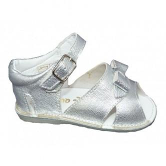 Sandalia piel niña preandante color plata . QUECOS