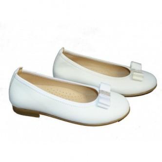 Bailarinas piel color blanco o color beige. Con detalle lazo al tono con piedrecitas. ANDANINES